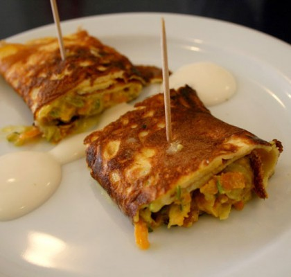 Rollitos de tortilla rellenos de verdura con salsa de yogourt