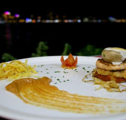Tosta con cebolla a la marinera con hamburguesa de rape y gamba en chapela sorpresa