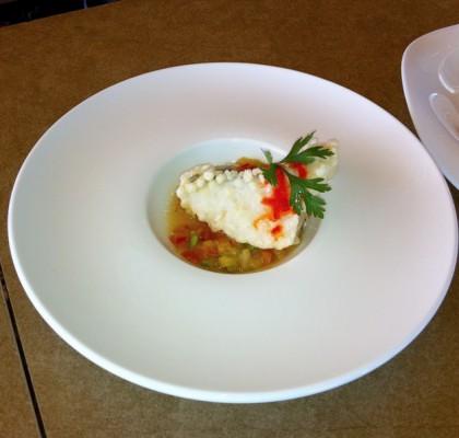 Bacalao en tempura con crema crudité y coulí de pimientos