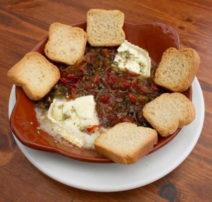 Ostias (queso de cabra, pimiento rojo y verde, cebolla)