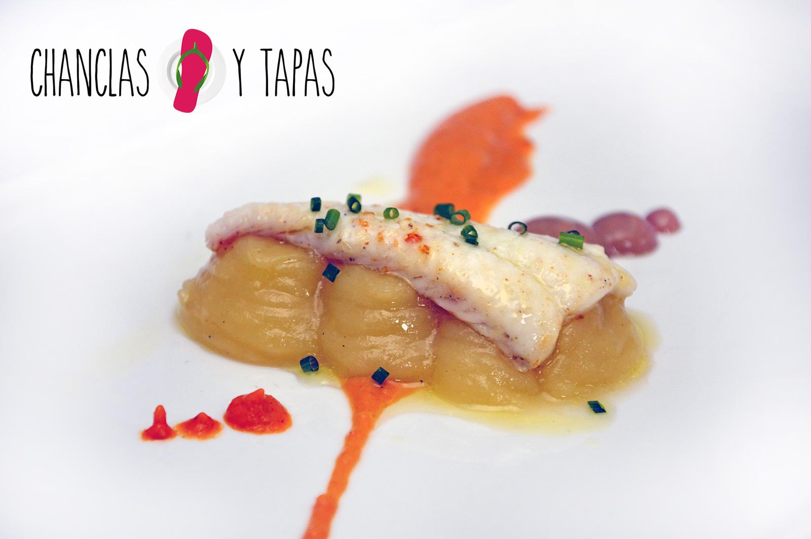 Buñuelo de berenjena escalibada, crema de queso de cabra crujiente de cebolla y olivada